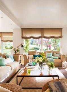 """Salón con dos sofás gemelos en """"L"""" y vistas al jardín"""