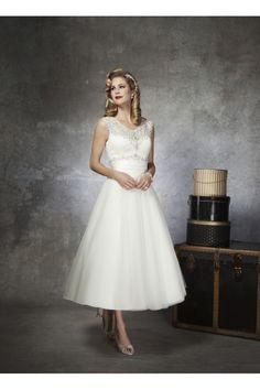 Vestidos de novia vintage en forma de copa hasta rodilla con tale de encaje . Espalda con forma en de V en transparencia y botones bordados. Vestidos de Novia Sencillos