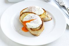 Make perfect poached eggs for breakfast with our fabulous recipe and 'eggspert' tips! Greek Recipes, Egg Recipes, Cooking Recipes, Cooking Eggs, Vegetarian Recipes Easy, Healthy Recipes, Vegetarian Meal, Savoury Recipes, 1500 Calorie Meal Plan