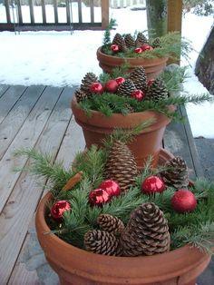 weihnachtsdekoration aussen weihnachtsschmuck lichterkette blumentoepfe mittannezapfen