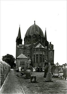 RK H. Naam Jezus kerk, Offermanstraat1, achterkant gezien vanaf het kerkhof Auteur: niet vermeld - 1960 - 1980
