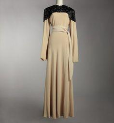 Jeanne Lanvin, robe du soir Concerto, hiver 1934-1935. Collection Musée Galliera.  Crêpe de soie crème, col en pastilles de Celluloïd © DR /...