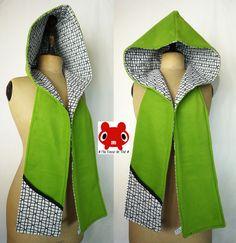 Originale et confortable, cette écharpe-capuche va vite  vous séduire par son côté pratique et astucieux : elle est réversible ! Un côté en polaire verte ( extrêmement douce) , l'autre en coton...