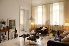 Un apartamento en Estocolmo, con toques parisinos | Etxekodeco varias mesitas en vez de una sola