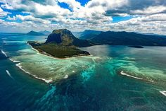 Mauritius - 200 mil öster om sydöstra #Afrika - är ett resmål att drömma om. Tack vare vårt välutvecklade kontaktnät världen över kan vi arrangera en #specialresa till #Mauritius - Ett arr. bortom våra innehållsrika #gruppresor helt på Era villkor. Fotograf: Xavier Coiffic. #contourairse #litemeravallt #pin