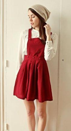 Vestido jardineira vermelho sobre roupa branca