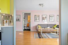 Charmig och funktionell bostad med stor inglasad balkong i bästa solläget och vy…