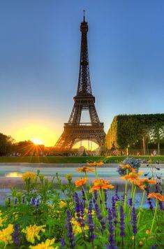 : Puesta del sol sobre la torre Eifel