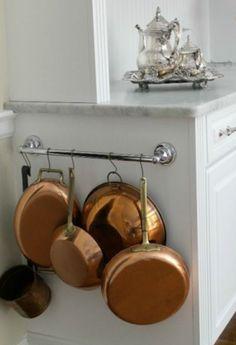 Use um porta-toalha para pendurar panelas e frigideiras.   16 truques bem simples para deixa sua casa organizada de verdade