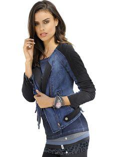 Bikerjacke im Patchdesign aus einem Materialmix aus Jeans und Jersey. Mit schräg eingesetztem Zipper und über Zipper zu schließende vordere Eingrifftaschen. Dekotasche im Vorderteil und seitlichem kontrastfarbenem Zierriegel. Figurbetonte Form, Länge in Gr. 38 ca. 46 cm. Obermaterial: 68% Baumwolle, 30% Polyester, 2% Elasthan, Obermaterial 2: 62% Baumwolle, 30% Polyamid, 8% Elasthan, Futter: 10...