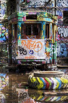 Abandoned train covered in graffiti/street art. 3d Street Art, Amazing Street Art, Amazing Art, Awesome, Street Art Graffiti, Urban Graffiti, Music Graffiti, Street Mural, Graffiti Murals