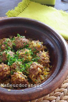 Tagine de boulettes de boeuf au riz, Un Tajine originaire de la ville de Rabat qu'on appelle localement (Kefta hrech). Un plat familale, qu'une fois essayé, je suis sûre vous allez l'adopter parcequ'il est facile, rapide et surtout très savoureux ! Kitchen Recipes, Cooking Recipes, Healthy Recipes, Cooking Chief, Turkish Recipes, Ethnic Recipes, Moroccan Recipes, Algerian Recipes, Tagine Recipes