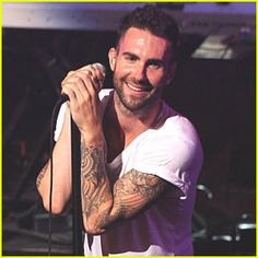 Hooootttt   .... this one is for you Lisa !!! Thanks to my cousin Brenda for the pic...I love, love, love Adam Levine!!