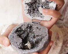 Natural Geode Agate Box Wedding Ring Box Perfect for Ring Blue Geode, Agate Geode, Ring Holder Wedding, Wedding Rings, Tanzanite Bracelet, Titanium Metal, Druzy Jewelry, Ring Displays, Wedding Boxes