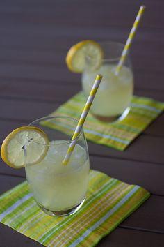 Citronnade : 6 citrons bio non traités, 2litres d'eau, 50 gr de sucre semoule,menthe fraîche Faites bouillir deux litres d'eau et ajoutez y deux citrons coupés en grosses rondelles. Laissez infuser jusqu'à complet refroidissement. Pressez le jus des quatre citrons restants. Ajoutez le jus des citrons à l'eau citronnée refroidie, le sucre semoule. Mélangez, placez au frais et servez avec glaçons et feuilles de menthe.
