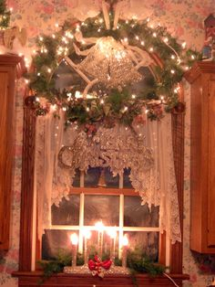 christmas window Beautiful~ I wish i had a kitchen window Shabby Chic Christmas, Victorian Christmas, Primitive Christmas, Country Christmas, Vintage Christmas, Christmas Vignette, Victorian House, Christmas Past, Little Christmas