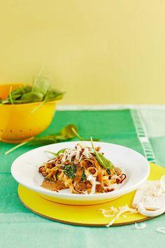 Tagliatelle mit Spinat, Champignons und karamellisierten Zwiebeln