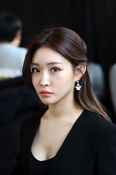 Photo album containing 25 pictures of Chungha New Long Hairstyles, Diy Hairstyles, Wedding Hairstyles, Korean Girl, Asian Girl, K Pop Wallpaper, Kim Chungha, Golden Disk Awards, Brown Highlights