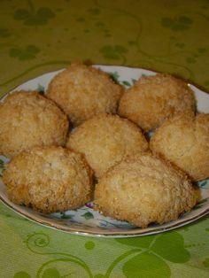 Cristina's world: Biscuiti simpli si deliciosi, cu cocos Cornbread, Deserts, Macarons, Muffin, Sweets, Cookies, Breakfast, Ethnic Recipes, Food