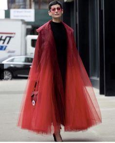 Oscar de la Renta Red over the top Organza Coat - Street style at New York Fashion Week Spring 2019 Look Fashion, High Fashion, Fashion Outfits, Womens Fashion, Fashion Design, Fashion Trends, Jackets Fashion, Fashion Coat, Fashion Edgy