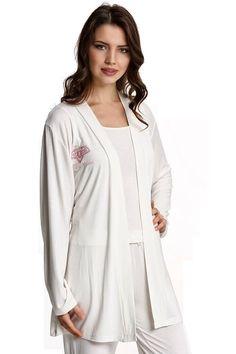 Dámské bambusové pyžamo LUCIA v setu s županem. Krémová kombinace kalhot, nátělníku a krátkého županu s barevnou výšivkou na prsou a zádech – to je set LUCIA.
