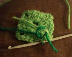 Crochet paso a paso: 1) Cuadrado a crochet Manta Crochet, Crochet Bebe, Afghans, Crochet Square Patterns, Crochet Granny Squares, Crochet Bedspread, Embroidery, Knitting Scarves, Bed Covers