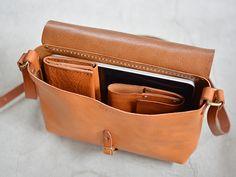 目指したのは普通に使えるバッグ。革の素材感を生かした必要最小限のデザインで、誰でもどこでも使えるショルダーバッグ。3サイズ展開になります。
