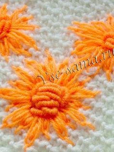 Вышитые хризантемы на вязаном полотне