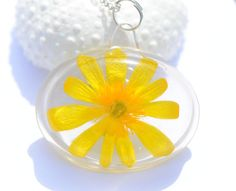 Natural jewelry glowing yellow flower resin celandine flower necklace Summer pendant resin feminine dried pressed plant jewelry sunshine