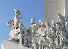 Padrão dos Descobrimentos (Monument der Ontdekkingen), aan de Avenida de Brasilia, stadsdeel Belém, Lisboa.  Oostaanzicht. (vlnr) Hendrik de Zeevaarder, Alfonso V (patroon van de eerste ontdekkers), Vasco da Gama (zeilde in 1498 rond de Kaap de Goede Hoop en ontdekte zo de zeeroute naar India), Pedro Álvares Cabral (ontdekker van Brazilië), Fernão Magalhães (die in 1520-1521 de Grote Oceaan overstak)