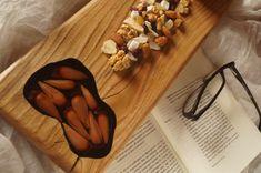 Elaborada con madera de castaño y con piñones encapsulados en resina epoxica.   Pieza única Butcher Block Cutting Board, Epoxy, Wooden Boards