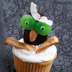 Create owls, ghosts, witches, skeletons and other Halloween designs by adding candy and frosting to homemade or purchased cupcakes. Halloween Cupcakes, Kid Cupcakes, Holiday Cupcakes, Halloween Candy, Cupcake Cakes, Decorated Cupcakes, Halloween Foods, Fruit Cakes, Ladybug Cakes