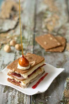 Millefeuille van Jules Destrooper amandelbrood, Iberico ham, gruyère mousse, gekarameliseerde hazelnoot - Hap en Tap