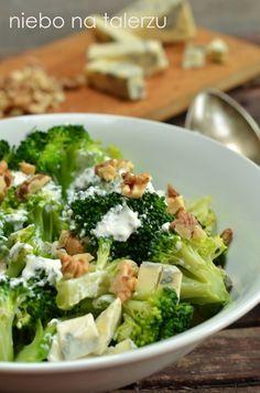 Sałatka brokułowa z serem pleśniowym, nieskomplikowana w przygotowania, z łatwo dostępnych składników. Rzecz w tym, by nie ugotować brokuła na miękko.
