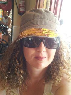 Estrenando mi renovada gorra vieja con un #diy de #lentejuelas. Próximamente el turorial(^_-)   #personalizargorra #Customizargorra #reciclajeropa #modasostenible #renovargorra
