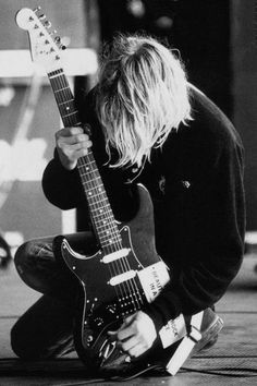 kurt cobain et sa guitare Nirvana Kurt Cobain, Kurt Cobain Photos, Nirvana Art, Nirvana Tattoo, Nirvana Lyrics, Dave Grohl, Eddie Vedder, Kurt Corbain, Rock And Roll