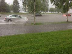 Autot kahlasivat syvällä sadevedessä Kajaanissa torstaina iltapäivällä.
