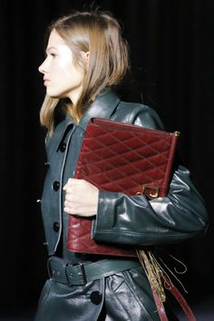 The complete Givenchy Fall 2018 Ready-to-Wear fashion show now on Vogue Runway. Autumn Fashion 2018, Paris Fashion, Large Clutch Bags, Leather Bag Design, Fashion Runway Show, Leather Weaving, Fall 2018, Chanel Boy Bag, Designer Handbags