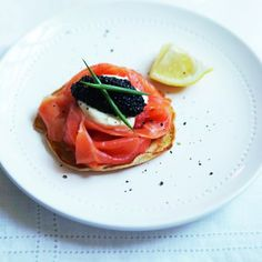 Giant blinis with smoked salmon and caviar are a delicious, full-size version of the classic canapé – perfect as a starter for Christmas lunch! Pate Recipes, New Recipes, Starter Recipes, Healthy Recipes, Healthy Food, Salad Recipes For Dinner, Dinner Salads, Smoked Salmon Blinis, Christmas Starters