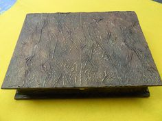 Caja de madera forrada con papel y teñido con tintas y acrílicos imitación vintage.