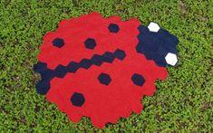 Junikäfer (Ladybug) Blanket – TURTLE Looms – Hexagon Pin Loom Weaving Lady Bug, Round Design, Loom Weaving, Slip Stitch, Dark Colors, Single Crochet, Red Roses, Turtle, Kids Rugs