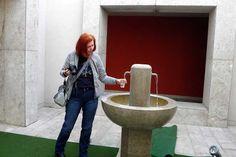 Vor dem Eingang steht ein Trinkbrunnen mit dem Thermalwasser #Rimske Therme in Slowenien www.ask-enrico.om