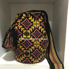 No hay descripción de la foto disponible. Tapestry Bag, Crochet Bags, Handmade Bags, Crochet Patterns, Projects, Strands, Budget, Totes, Crochet Clutch Bags