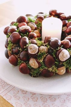 {DIY} autumnal chestnut wreath (s& {DIY} autumnal . - {DIY} autumnal chestnut wreath (s& {DIY} autumnal chestnut wreath - Autumn Crafts, Christmas Crafts, Christmas Decorations, Diy Crafts To Do, Homemade Crafts, Diy Candles Video, Diy Wreath, Wreaths, Fete Halloween