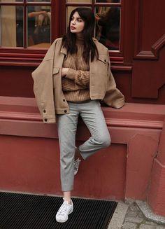 look calça cropped cinza e casaco oversized marrom