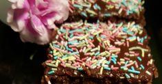 Mokkapalat on meillä sellainen kestosuosikki. Tämä ohje viekin minut takaisin lapsuuteen, jolloin isosiskoni näitä leipoi. Siinä sitä oltiin... Sprinkles, Candy, Desserts, Food, Sweet, Toffee, Postres, Sweets, Deserts