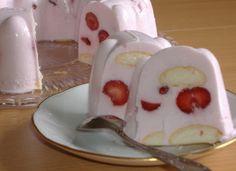 Torta z bieleho jogurtu Suroviny: 3 malé biele smotanové jogurty, 1 šľahačka v prášku, 125 ml mlieka, 1-2 vanilkové cukry, práškový cukor podľa chuti, 1 dl ovocnej šťavy, 5 KL jemne mletej želatiny Dr.Oetker, ovocie, piškóty okrúhle