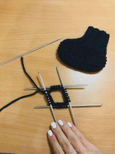 Вяжем спицами детские бесшовные пинетки, фото № 1 Knitted Booties, Knit Vest, Bobby Pins, Hair Accessories, Diy, Beauty, Baby Socks, Bricolage, Sweater Vests