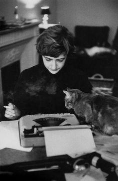 "Bonjour Tristesse "" ©Burt Glinn Paris, French writer Françoise Sagan at home. Animal Gato, Amor Animal, I Love Cats, Cool Cats, Françoise Sagan, People Reading, Celebrities With Cats, Celebs, Son Chat"