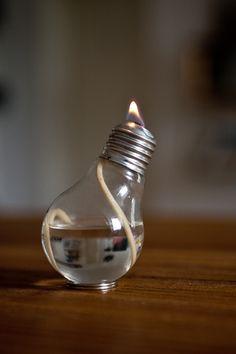 Eine alte Glühbirne als Öllampe, tolle Idee!! Die gesamte Anleitung mit detaillierten Bildern findet ihr hier: http://blogs.glamour.de/diy/oellampe-aus-gluehbirnen/